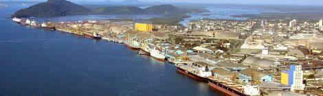 Embarcações sofrem colisão e uma naufraga em Santos, SP