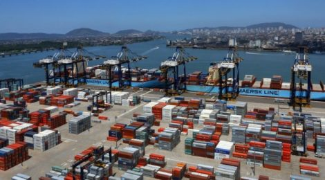 Portos de Santos e Paranaguá recebem menos caminhões com grãos em junho