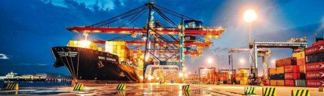 Embarcações naufragadas começam a ser removidas do Porto de Santos, SP