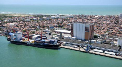 Porto de Natal faz carregamento de sal em navio que vai aos EUA